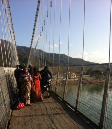 Üçü de aynı anda geçer mi geçer!-Rishikesh köprüsü