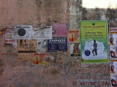 Rishikes sokakların yoga ilanları