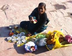 Ganj için dilek çiçeği satan kadın