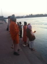 Güneş batarken Aarti-Rishikesh