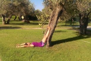 20: Bacaklarınızı bir duvara ya da bir ağaca dayayarak Vipariti Karini denilen dinlenme duruşuna geçin. Direkt sırtüstü yatarak Derin Gevşeme Duruşu'nu da uygulayabilirsiniz. Bir süre dinlendikten sonra, yan tarafınıza dönerek yatın, sonra ellerinizin yardımıyla doğrularak oturun. Namaste.